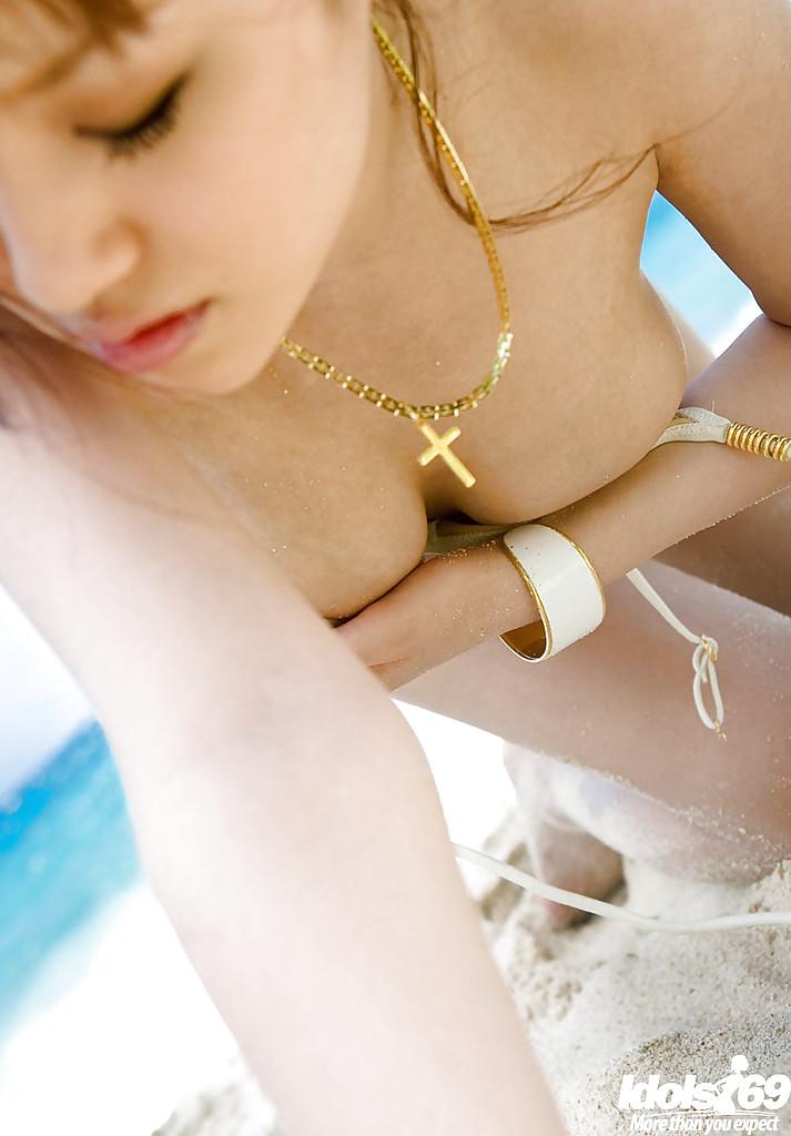 Роскошная китаянка Mari Misaki скинула одежду на песке