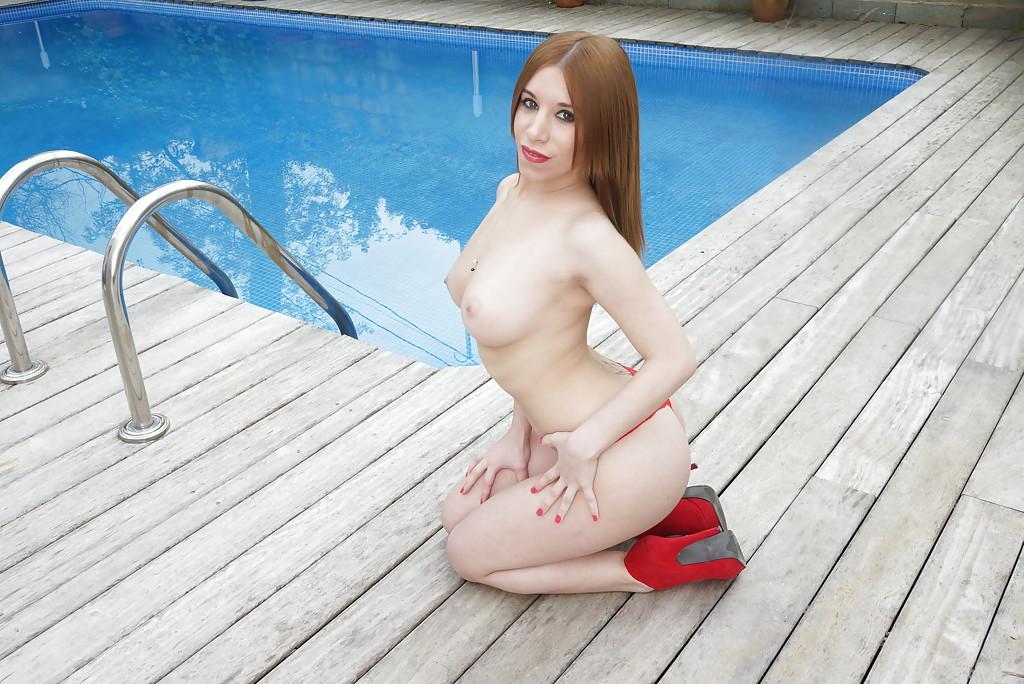 Богатая мадам разделась у бассейна