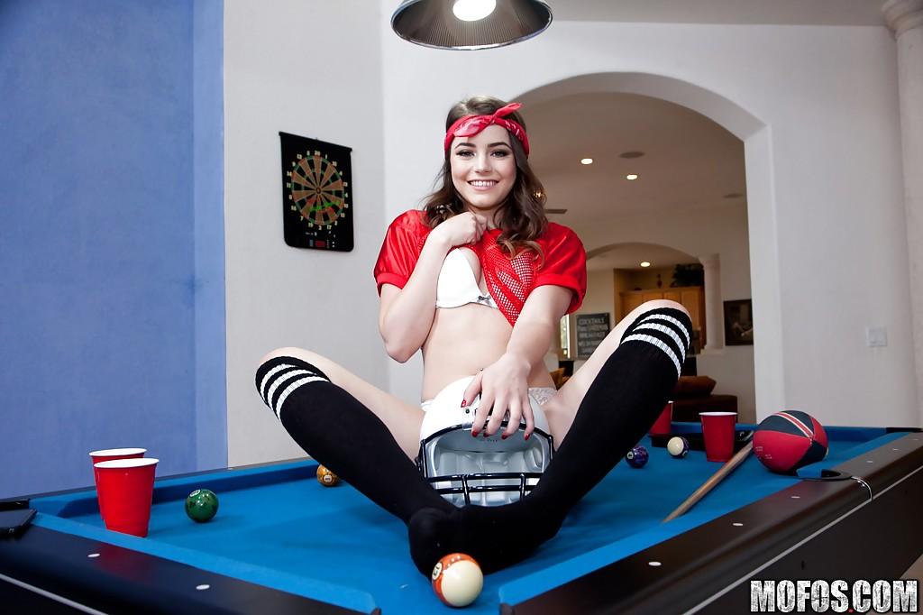 Чертовка Kylie Quinn теребонькает на бильярдном столе секс фото