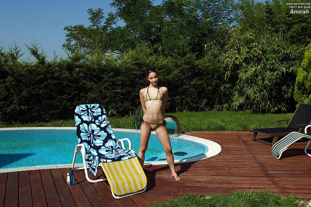 Девка в жёлтом трусы принимает солнечные ванны у бассейна и терзает письку