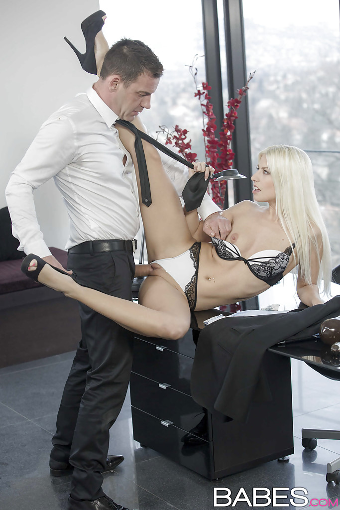Соблазнительная начальница Джесси Вольт отдалась подчинённому в своём кабинете