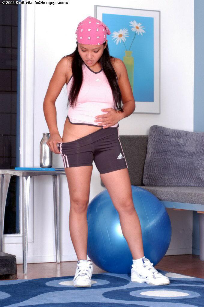 Азиатка занимается фитнесом без трусов