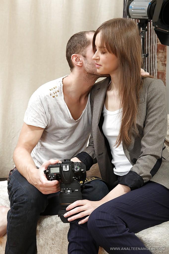 Студентка фотографа не удержалась и сделала минет своему мастеру секс фото