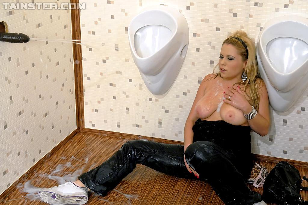 Море спермы из чёрного члена в общественном туалете