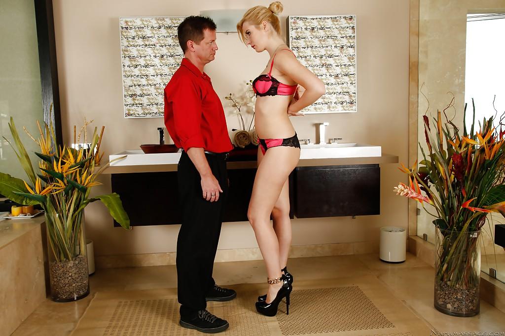Прощальное свидание стройняшки в красном халатике и её женатого ухажёра