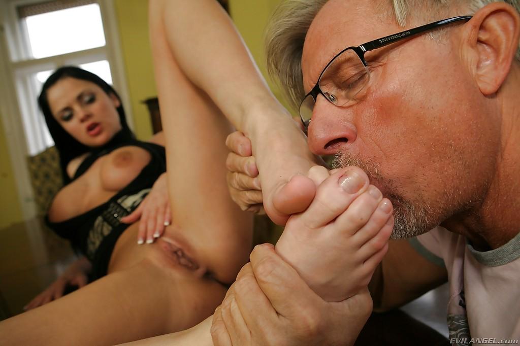 Студентка приласкала член ректора ротиком и ножками