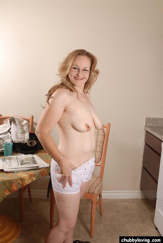 После чтения газет зрелая домохозяйка принялась заголять свои прелести