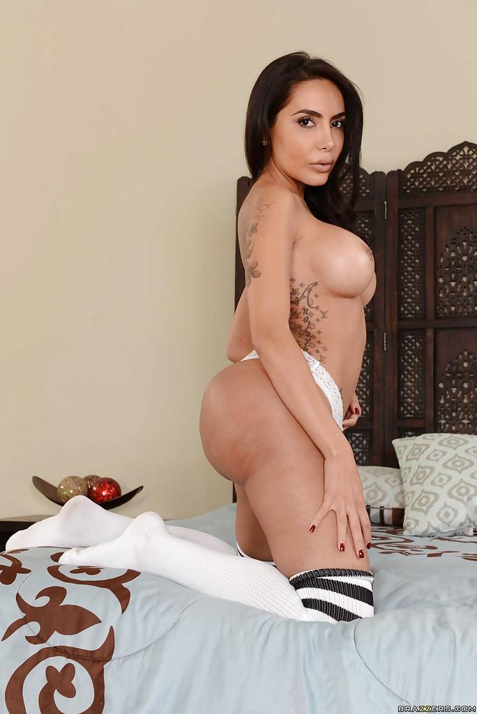 Брюнетка с большой жопой согласилась на фотосессию в обнаженном виде