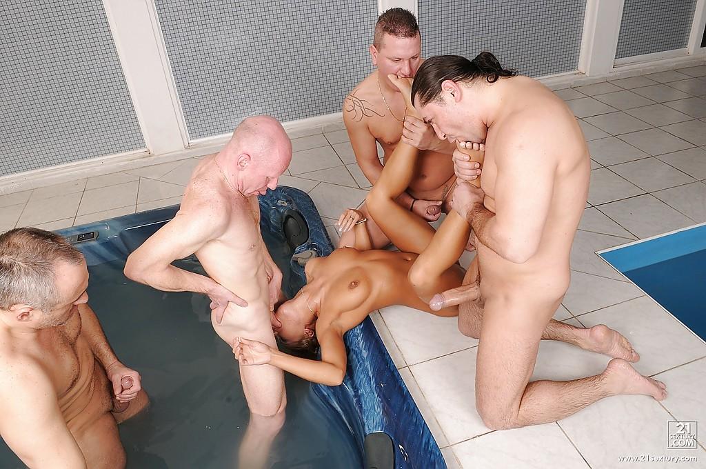 Блондинка Никки Торн пососала четыре члена в бассейне