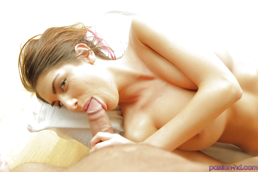 Ласковая стройняшка Огаст Эймс облизывает мужское достоинство секс фото