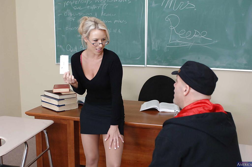 Студент соблазнил тридцатилетнюю учительницу Каролин Риз