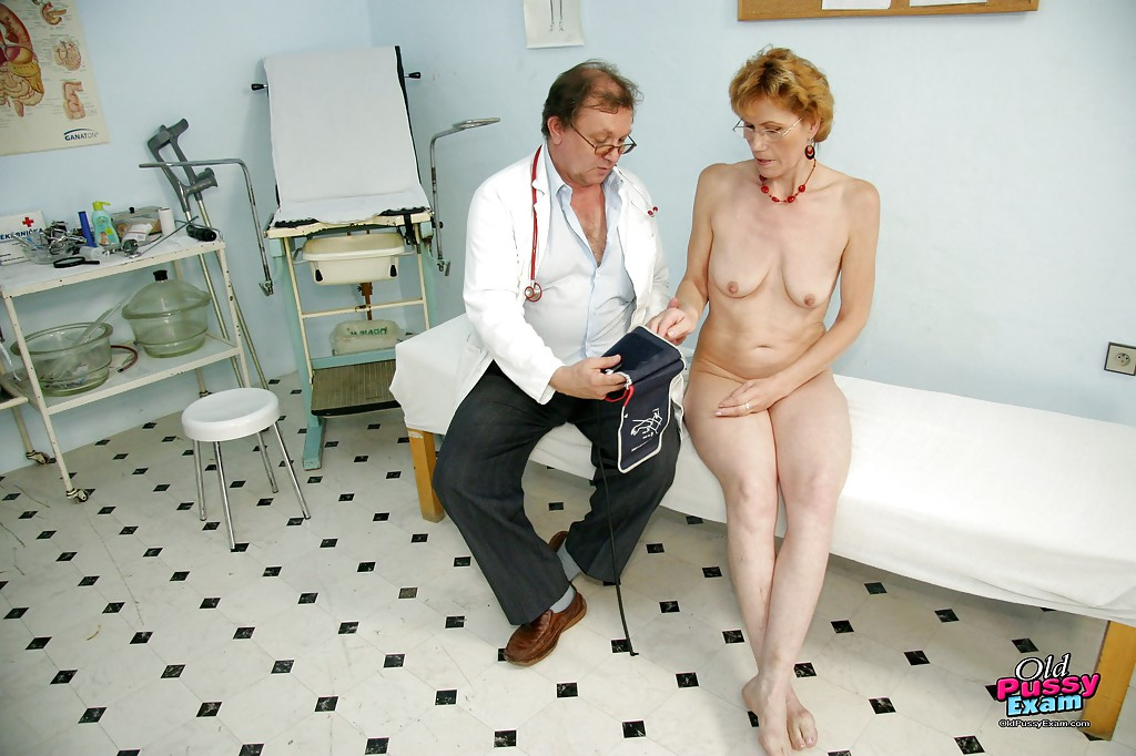 Зрелый гинеколог осмотрел свою давнюю знакомую
