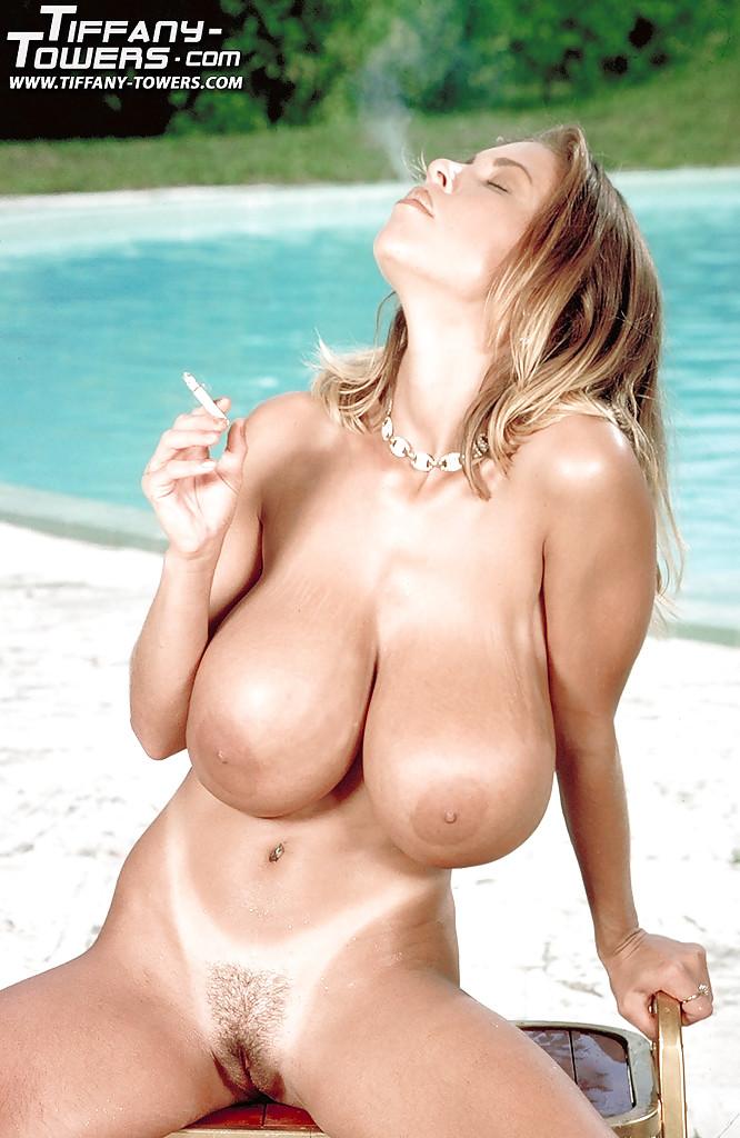 Знойная блондинка Tiffany Towers загорает на пляже голышом