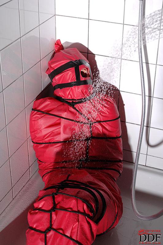 Извращенец моет под струями душа связанную Miho Lechter