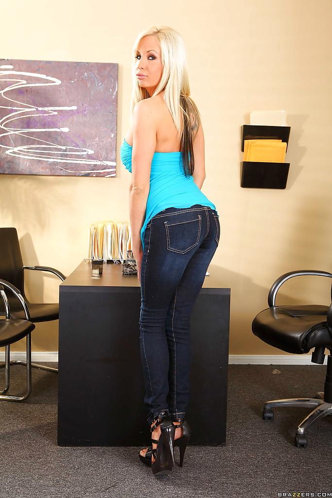 Умелая секретарша снимает лифчик в кабинете у босса секс фото