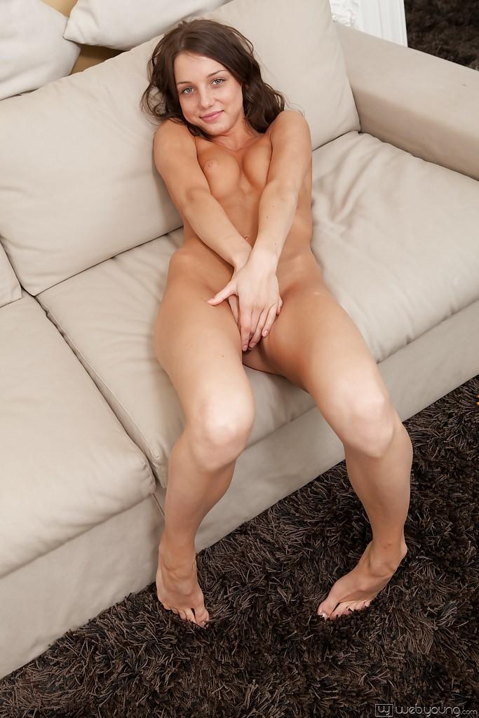 Молоденькая прелестница мастурбирует, читая книгу секс фото