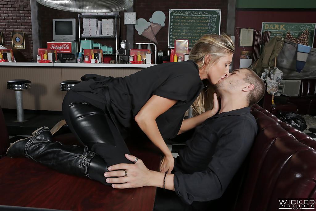 Цыпочка Samantha Saint соблазнила бармена и занялась с ним любовью