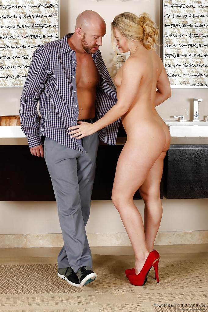 Секси-секретарша намыливает босса в ванной секс фото
