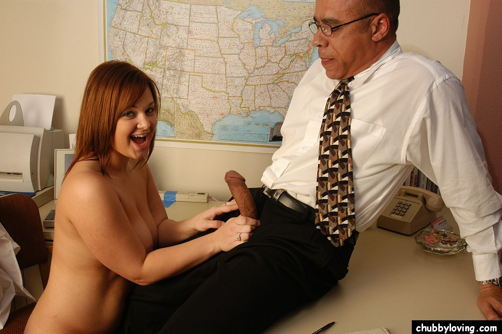 Пухленькая училка занялась сексом с секретаршей на рабочем месте