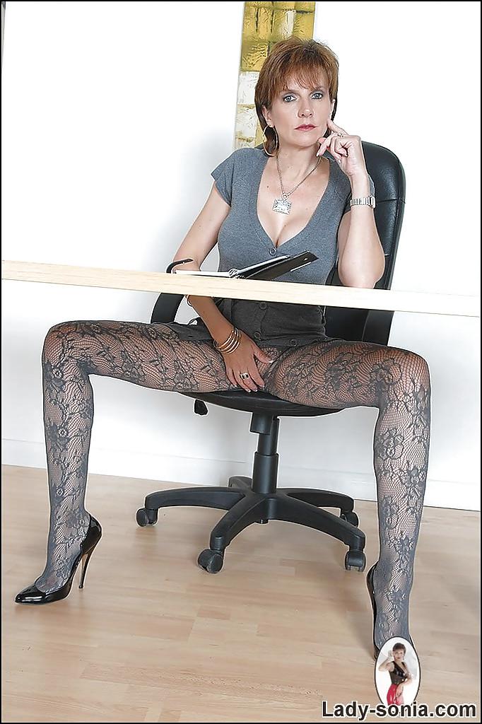 Зрелая преподавательница не носит трусиков