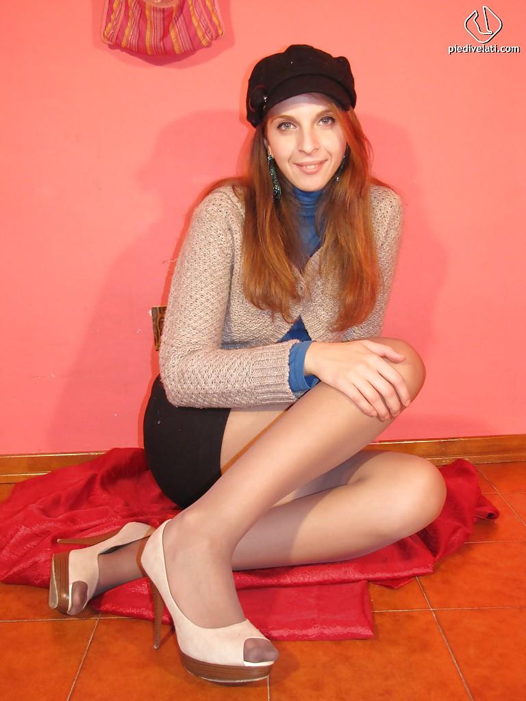 Рыжая красавица оголяет свои ножки смотреть эротику