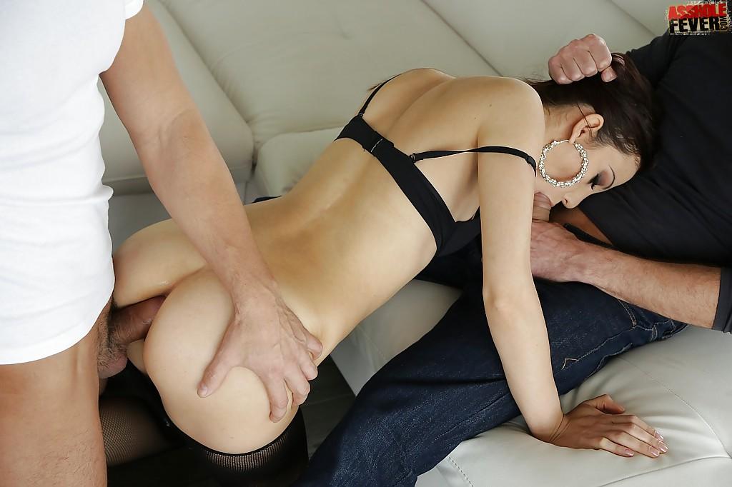 Няшка заглатывает и даёт в очко супругу и его другу