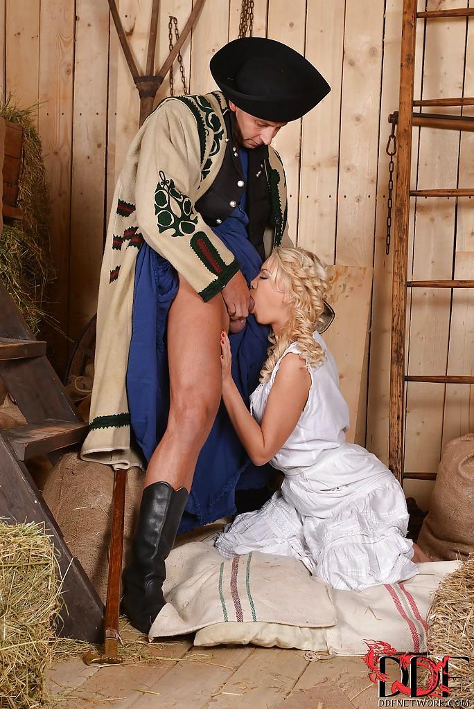 Знатный господин присунул крестьянке Lindsey Olsen на сеновале