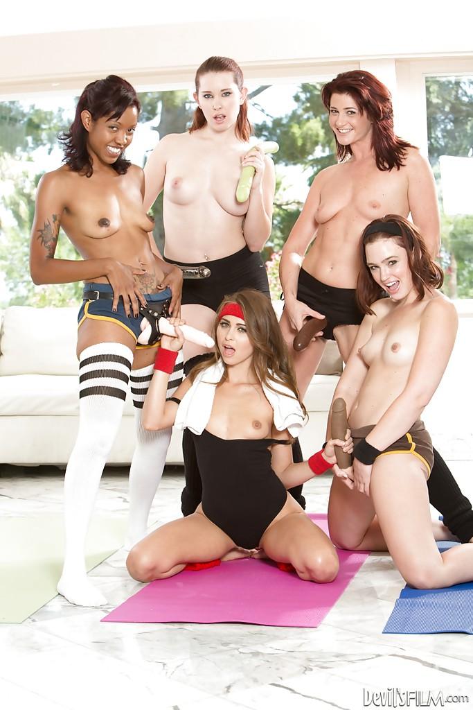 Четыре гимнастки по очереди трахают свою девку резиновыми дилдо