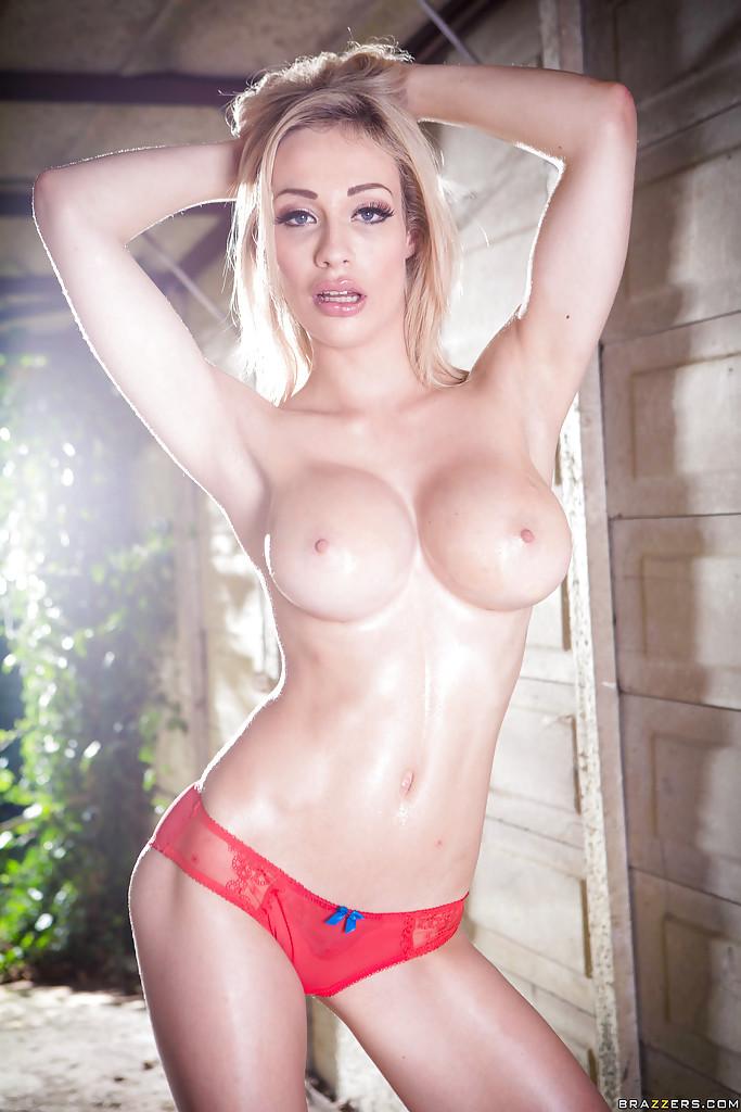 Блондинка снимает красное бельё в саду у дома