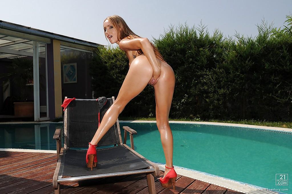Вспотевшая от потуг курортница делает себе фистинг вблизи от бассейна