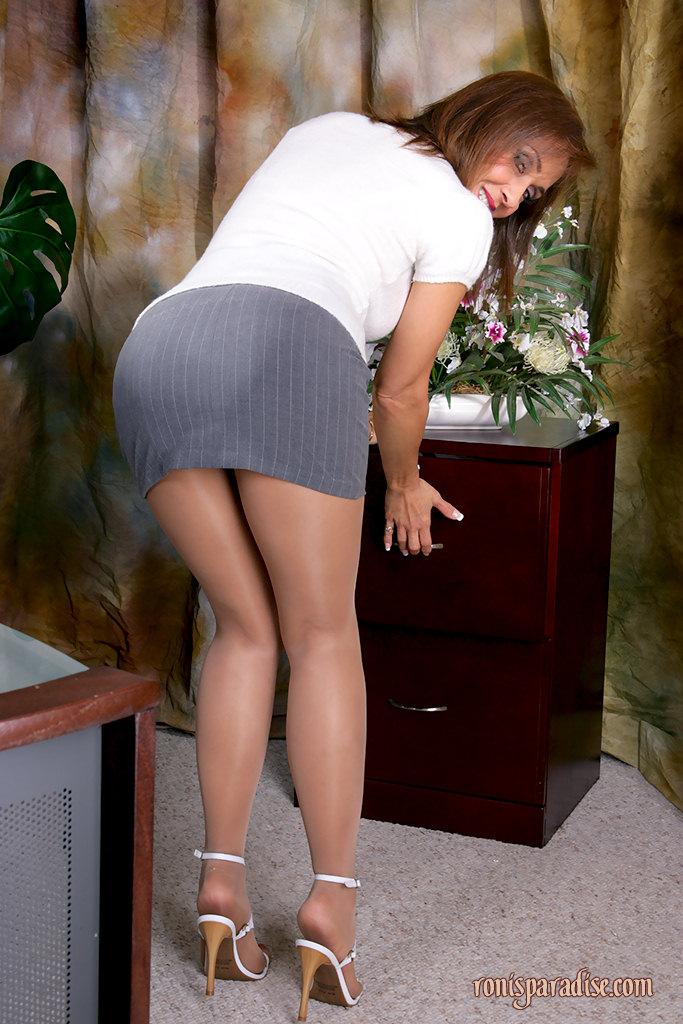 Тетка в короткой юбке носит трусы поверх колготок телесного цвета