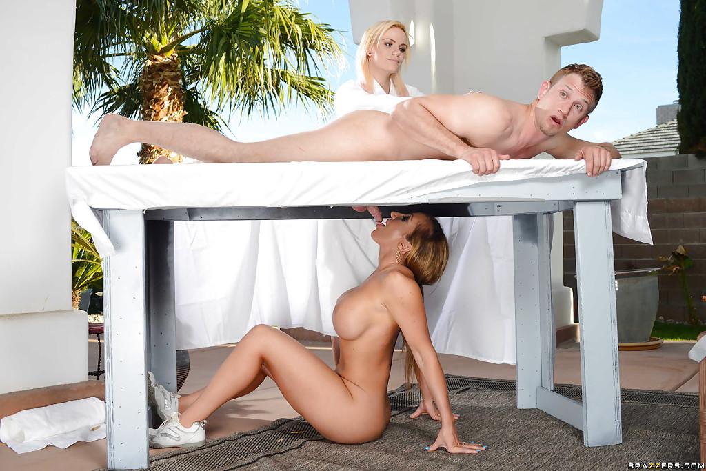 Милфа Richelle Ryan кайфует с молодчиком во время массажа
