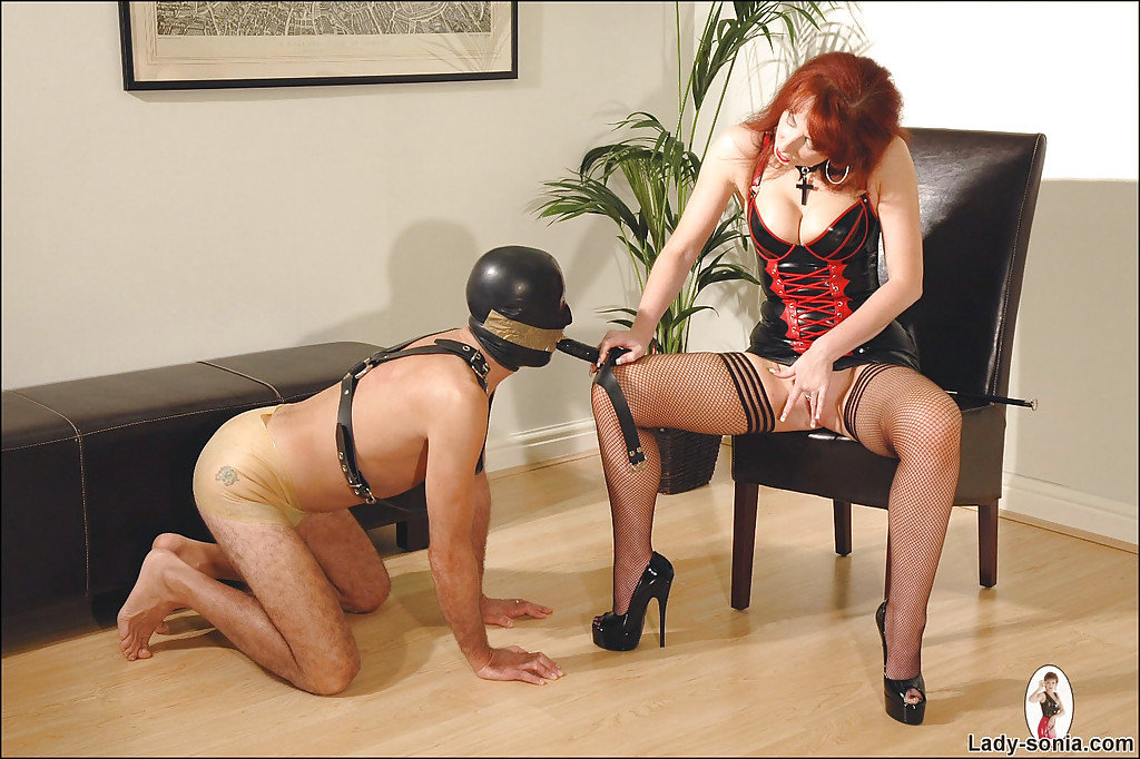 Могучая госпожа тренирует своего раба секс фото