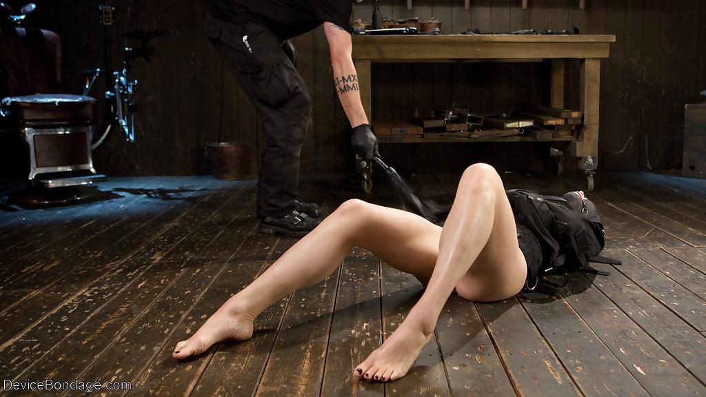 Озорницу Lily LaBeau в бандаже довели до оргазма