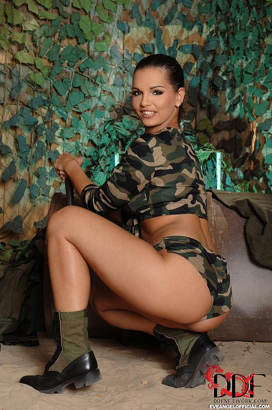Военная красотка Eve Angel заводит офицера