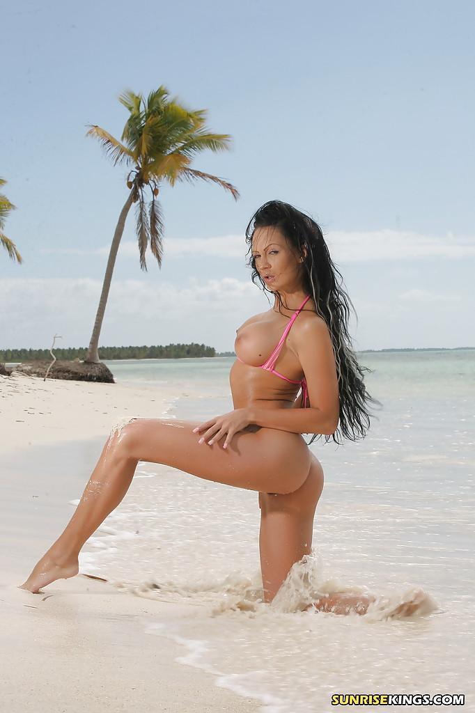 Гламурная туристка Regina Moon без лифчика плещется в волнах