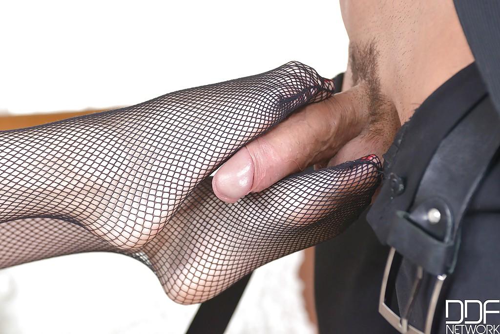 Красоточка Миша Кросс мастурбирует парнишке ножками