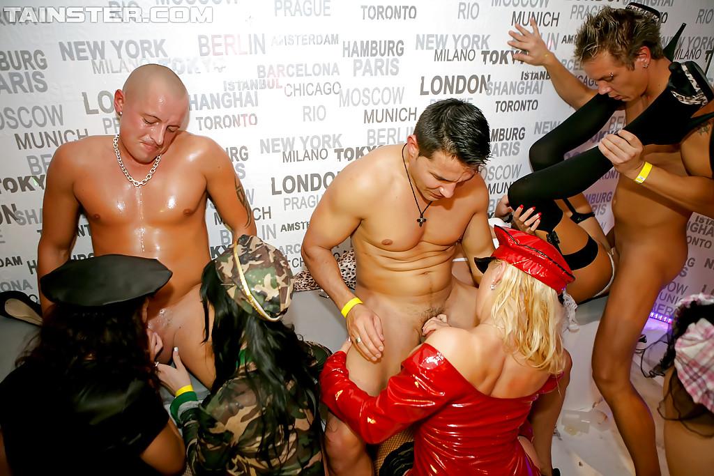 Модниц трахают на дискотеке сексапильные гости