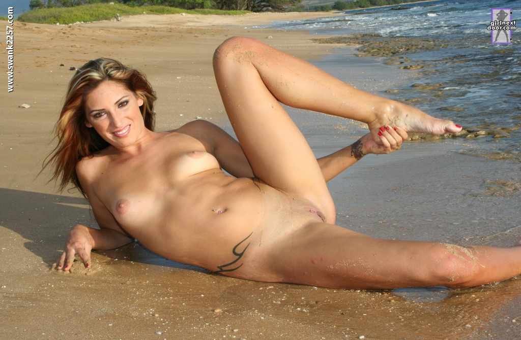 Красотка развлекается на берегу моря