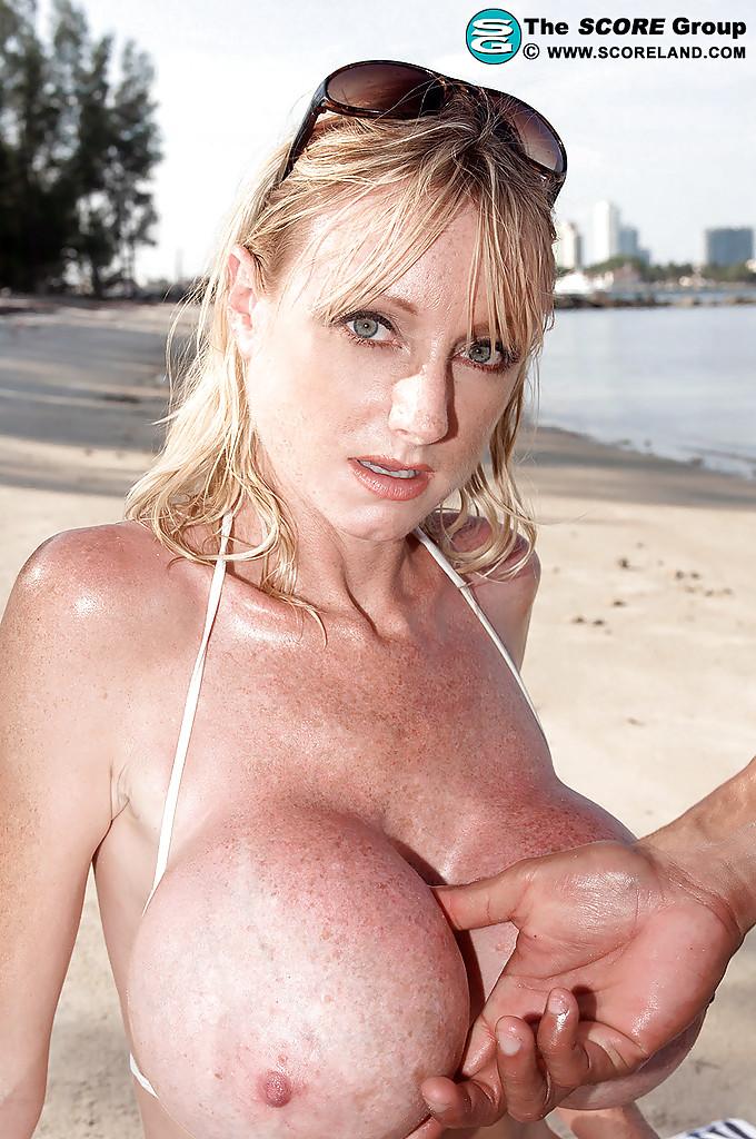 Девка в стрингах позволила потрогать грудь