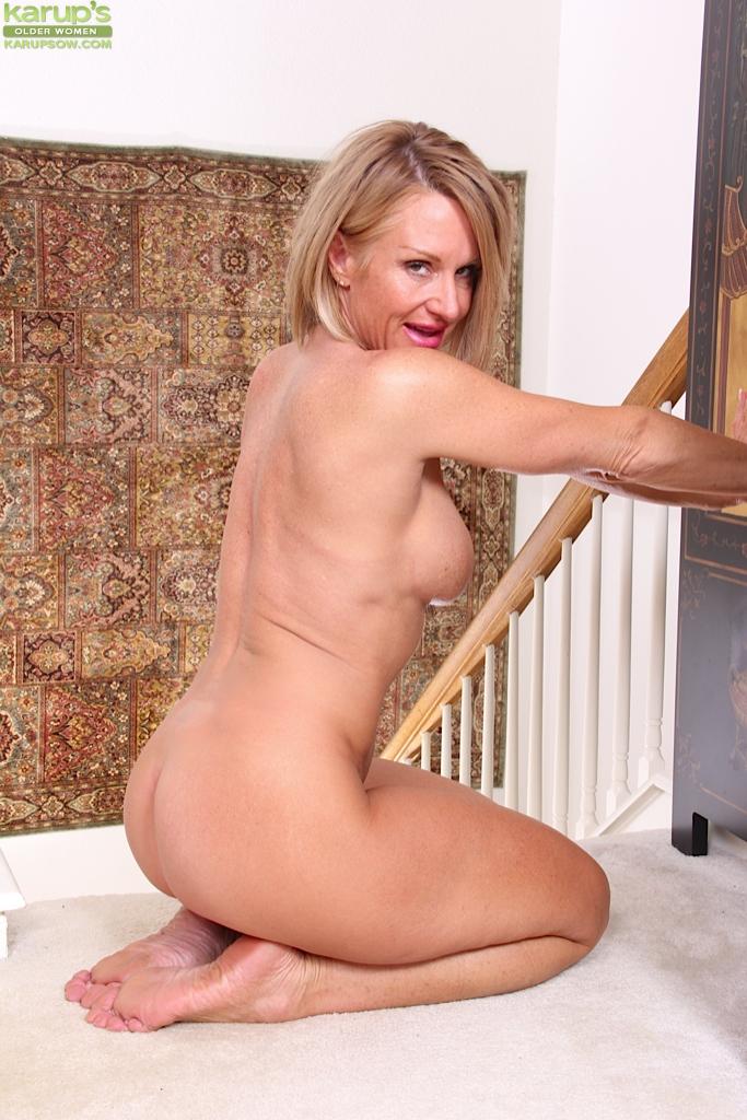Взрослая барышня Mason Vonne разделась на лестнице