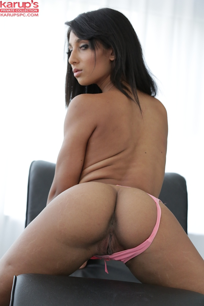 Шалашовка Ria Rodriguez массажирует свои дыры