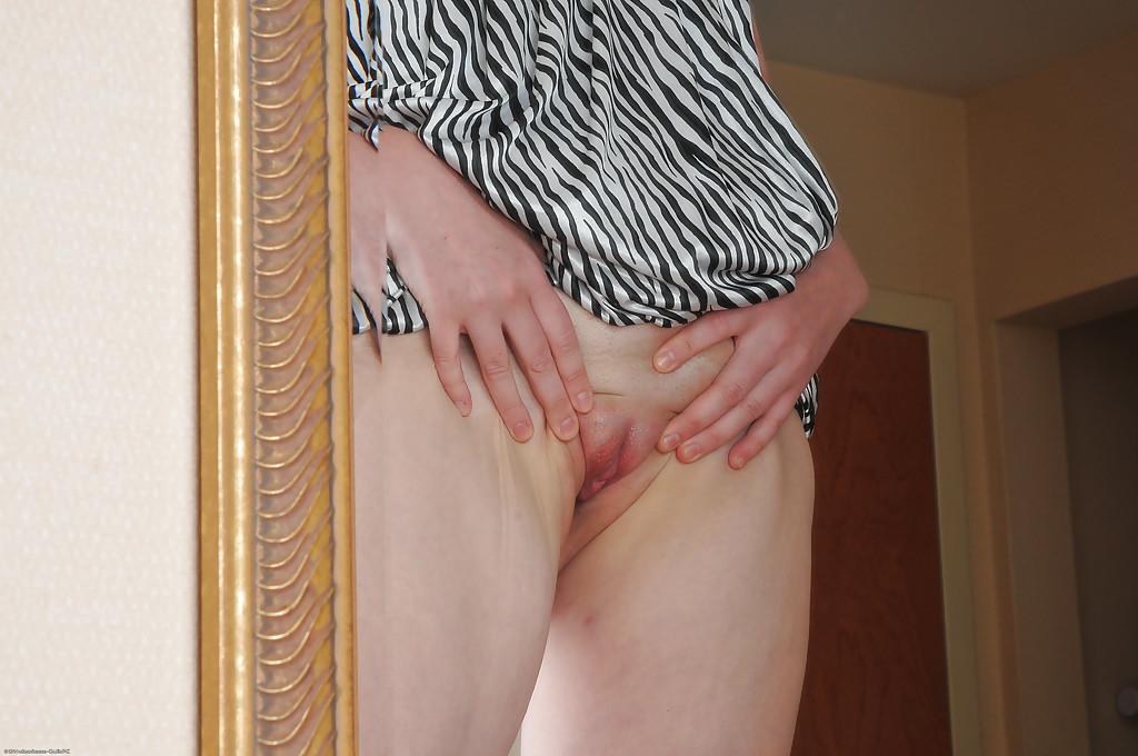 Супруга осматривает себя в зеркале