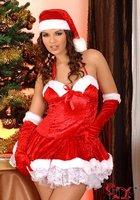 Сексуальная милашка Eve Angel в костюме Санты зажигает возле елки 3 фотография