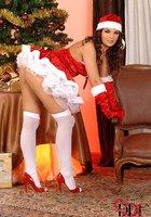 Сексуальная милашка Eve Angel в костюме Санты зажигает возле елки 6 фотография