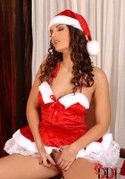 Сексуальная милашка Eve Angel в костюме Санты зажигает возле елки 9 фотография