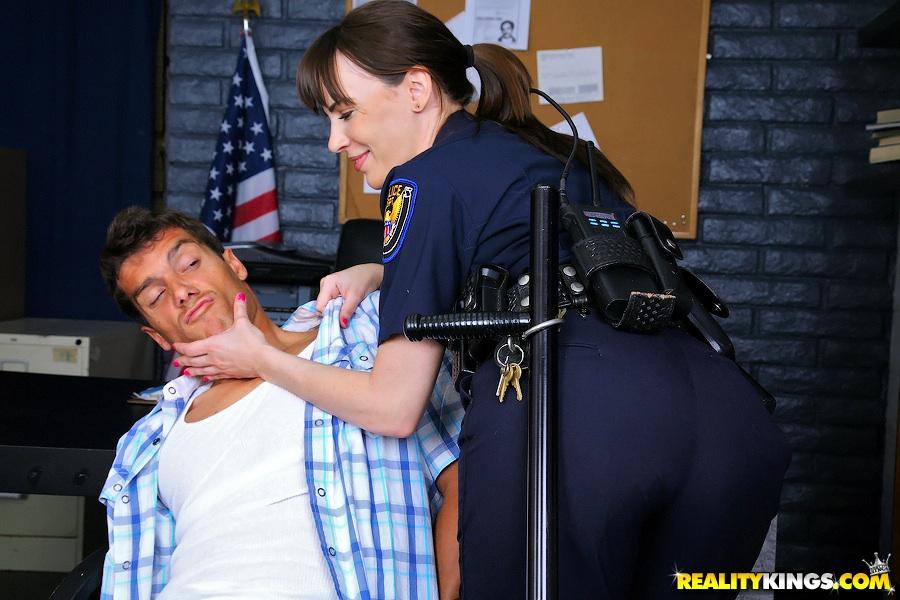 Бабы из полиции оторвались с преступниками