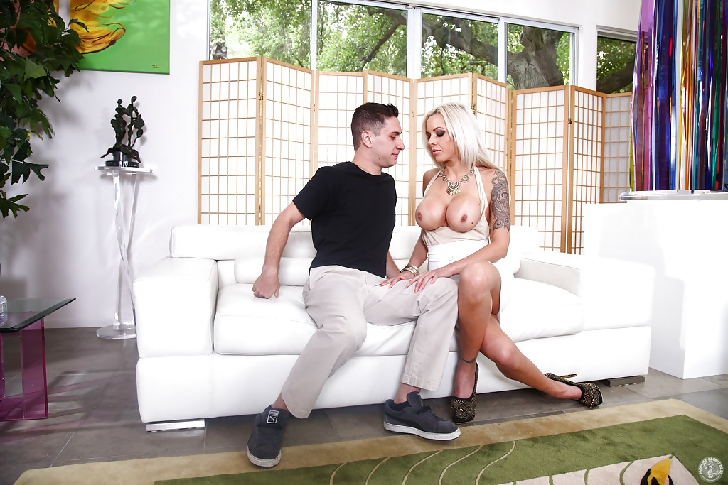 Крашеная блондинка Nina Elle отсосала своему бойфренду