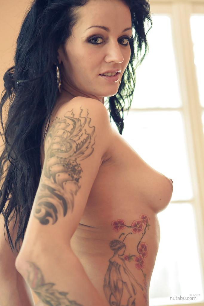 Татуированная темненькая девушка захотела страстный всеобщее осмотрение своего стройного тела
