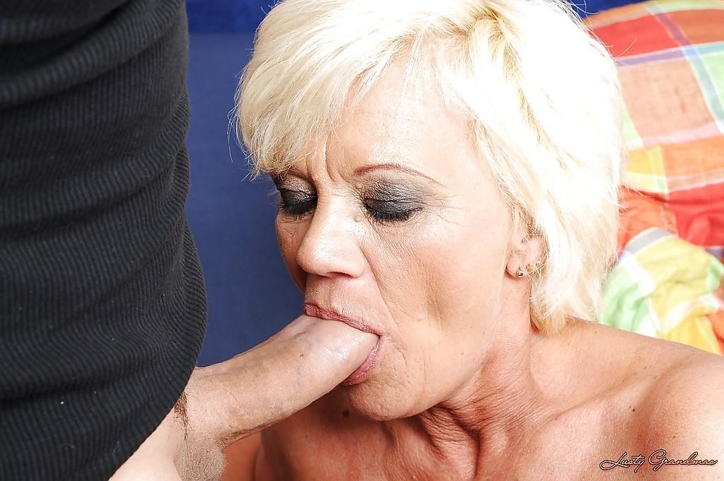 Старушка с волосатым лобком отжигает с молодым любовником